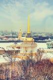 Admiraliteit, Kluis, Peter en Paul Fortress in de winter Mening van St Isaac Kathedraal, St Petersburg, Rusland Stock Foto's