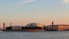 Admirality尖顶,有船嘴装饰的专栏,宫殿桥梁,圣徒Isaaks大教堂 股票视频