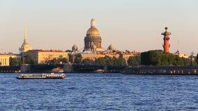 Admirality尖顶,有船嘴装饰的专栏,宫殿桥梁,圣徒Isaaks大教堂 影视素材