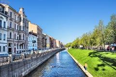 Admiralteysky ( Admiralty) Kanal-Damm gegenüber von neuen Holland Island in St Petersburg Lizenzfreie Stockfotos