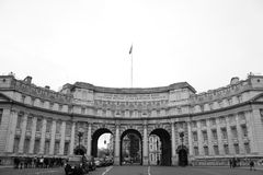 Admiralty Arch, London, England. View to Admiralty Arch from The Mall in black and white Stock Images