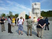 Admirando a estátua Fotos de Stock Royalty Free