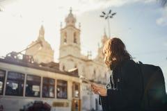 Admirando por do sol surpreendente no metropola europeu Viagem em Europa Turist fêmea na frente da basílica a Dinamarca Estrella fotos de stock