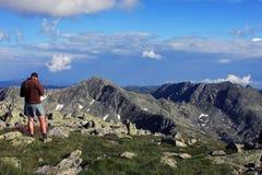 Admirando a vista da parte superior da montanha Imagens de Stock Royalty Free