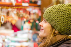 Admirar-se nas maravilhas do mercado do Natal Fotos de Stock