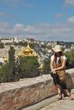 Admirar uma mulher olha Jerusalem fotografia de stock royalty free