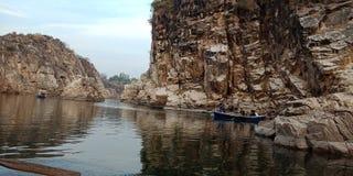 Admire-se da rocha ou da montanha com maa Narmada do rio, Índia de Jabalpur fotografia de stock