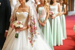 Admirer de demoiselles d'honneur de la jeune mariée photo stock
