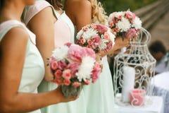 Admirer de demoiselles d'honneur de la jeune mariée image libre de droits