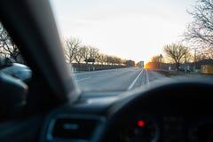 Admirer le coucher du soleil par la fen?tre de voiture photos stock