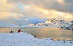 Admission de Torsfjorden et montagne de Moberget, Lofoten, Norvège Photographie stock libre de droits