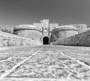 黑adn白色桥梁和门在城堡罗得岛视图之间两个塔从下面 图库摄影