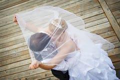 adn-brudbrudgummen går bröllop Arkivfoto