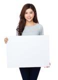 Ładna azjatykcia kobieta trzyma pustego whiteboard Zdjęcia Royalty Free
