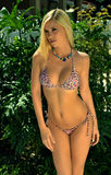 Ładna blond dziewczyna jest ubranym bikini Zdjęcia Stock