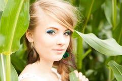 Ładna blondynka w kukurydzanym polu Obraz Stock
