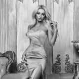 Ładna blondynka w syrenki sukni Fotografia Royalty Free