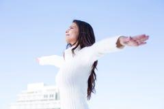 Ładna brunetka czuje powietrze z rękami podnosić up Obrazy Royalty Free