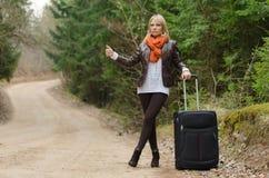 Ładna dziewczyna hitchhiking Zdjęcie Stock