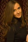 Ładna dziewczyna na ciemnym tle obraz stock