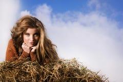 Ładna dziewczyna odpoczywa na słomianej beli Zdjęcia Stock