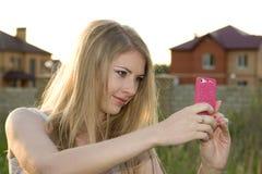 Ładna dziewczyna ono fotografuje Obraz Stock