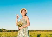 Ładna dziewczyna pokazuje aprobata gest na polu Fotografia Stock