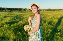 Ładna dziewczyna pokazuje aprobaty gestykuluje outdoors Fotografia Stock