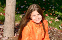Ładna dziewczyna relaksuje w parku Obraz Stock