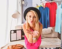 Ładna dziewczyna utrzymuje blog w jej domu Obrazy Stock