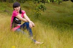 Ładna dziewczyna w cytrusa sadzie Zdjęcia Stock