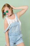 Ładna dziewczyna w drelichowych kombinezonach Zdjęcia Stock
