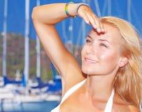 Ładna dziewczyna w jachtu schronieniu Fotografia Stock