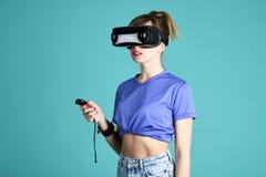 ?adna dziewczyna w VR szk?ach obrazy stock