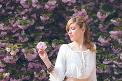 Ładna dziewczyna w wiosna ogródzie obrazy royalty free