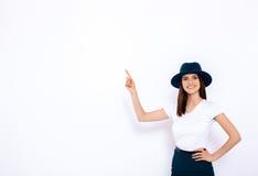 Ładna dziewczyna wystawia twój produkt Zdjęcia Royalty Free