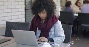Ładna dziewczyna z laptopem w outside kawiarni zbiory