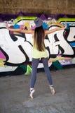 Ładna dziewczyna z szarym kapeluszowym dancingowym baletem Obrazy Stock