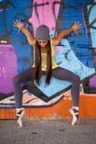 Ładna dziewczyna z szarym kapeluszowym dancingowym baletem Obraz Royalty Free