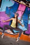Ładna dziewczyna z szarym kapeluszowym dancingowym baletem Fotografia Stock