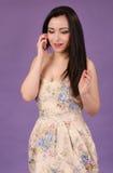 Ładna dziewczyna z telefonem Zdjęcie Royalty Free