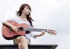 Ładna dziewczyny sztuka gitara Zdjęcia Royalty Free