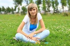 ładna dziewczyny trawa Obrazy Stock