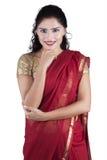Ładna indyjska kobieta z tradycyjnym odziewa Zdjęcie Stock
