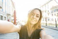 Ładna kobieta bierze selfie Zdjęcie Royalty Free