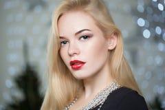 Ładna kobieta dekoruje choinki Obraz Stock