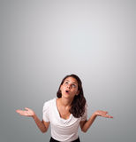 Ładna kobieta gestykuluje z kopii przestrzenią Zdjęcia Royalty Free