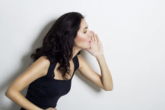 Ładna kobieta mówi someone sekret Zdjęcie Stock