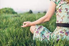 Ładna kobieta medytuje w parku Obrazy Stock