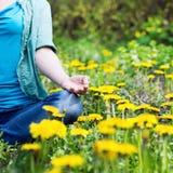 Ładna kobieta medytuje w parku Obraz Stock